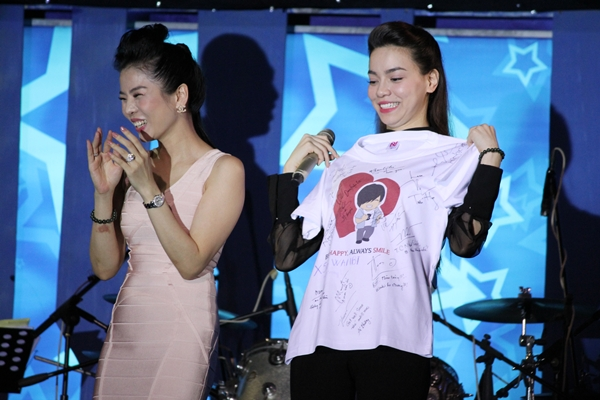 Ca sĩ Lệ Quyên và Hồ Ngọc Hà cũng chủ trì đấu giá chiếc áo in hình Wanbi Tuấn Anh kèm chữ ký của các nghệ sĩ. Chiếc áo được một người mua với giá 20 triệu đồng.