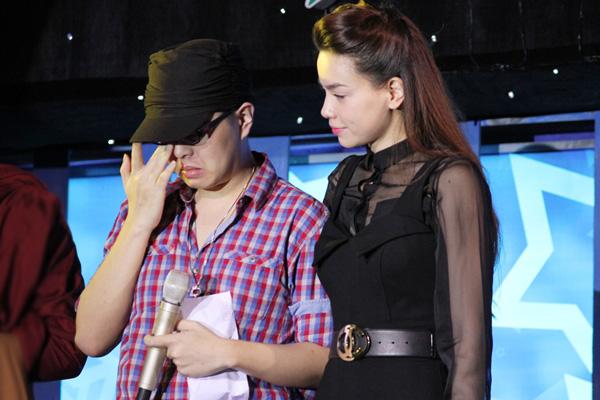 Wanbi Tuấn Anh xúc động nghẹn ngào trước tình cảm của các nghệ sĩ và khán giả. Cách đây vài ngày, một người chị họ thân thiết của anh vừa qua đời vì bệnh u não.