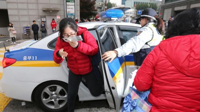 """Kỳ thi đại học tại Hàn Quốc: Đồng loạt """"yên lặng"""" cùng… sĩ tử"""