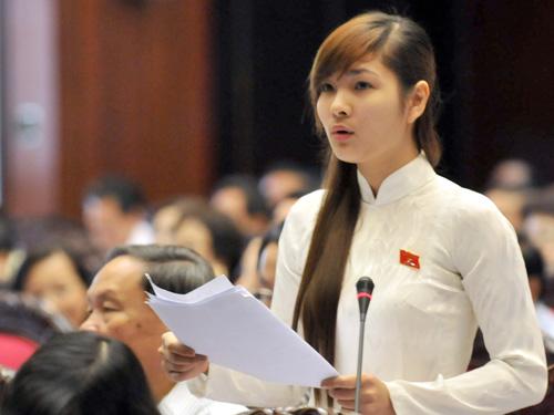 Đại biểu Vũ Thị HươngSen (HảiDương) phát biểu tại phiên thảo luận kỳ họp thứ 4, Quốc hội khóa XIII.