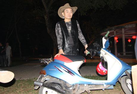 Xem hài Tết Xuân Hinh 2013 mới nhất: Con hư tại bố   van dung tai ngo vua hai dat bac xuan hinh trong con hu tai bo hai tet 2013 5