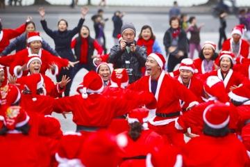 200 ông già, bà già Noel cười vang giữa Hà Nội