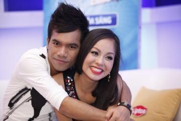 Viet Nam Idol 2012: Yasuy cười hết cỡ, ôm chặt Hoàng Quyên