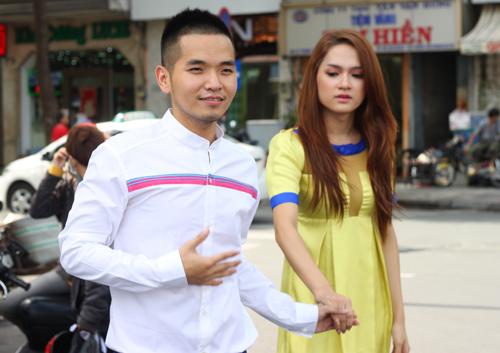 Trước đó, Hương Giang và Hồng Phước luôn tay trong tay. Anh chàng cũng bị đồn đoán là người tình tin đồn của cô thí sinh