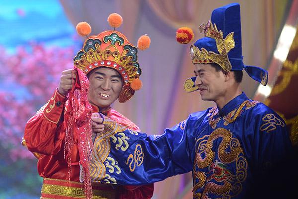 Tuy được hóa trang cầu kỳ nhằm chọc cười khán giả nhưng khi diễn xuất bên Công Lý và Xuân Bắc, Minh Quân có phần lép vế.