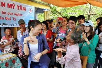 Mỹ Tâm nhảy múa cùng bà con nghèo Quảng Nam