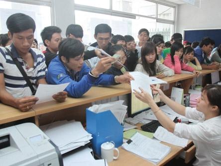 Thí sinh nộp hồ sơ đăng ký dự thi liên thông vào Trường ĐH Công nghiệp TP.HCM năm 2012. Ảnh: Đào Ngọc Thạch