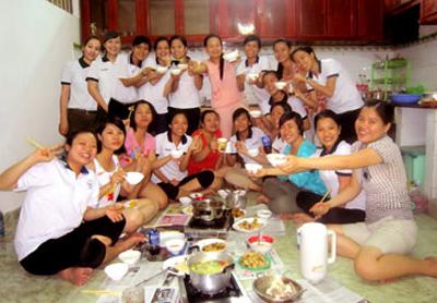Nhóm 20 du học sinh Việt Nam tại Hiroshima, Nhật Bản nấu ăn cùng nhau để tiết kiệm chi phí