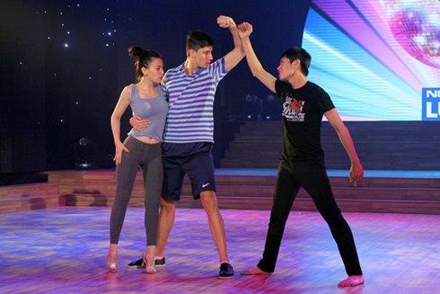Vũ công nam biểu diễn cùng Thu Thủy trong đêm Bước nhảy hoàn vũ lần này chính là Kristian - bạn nhảy của Maya và Quang Đăng một trong những thí sinh xuất sắc trong cuộc thi So you think you can dance vừa qua.