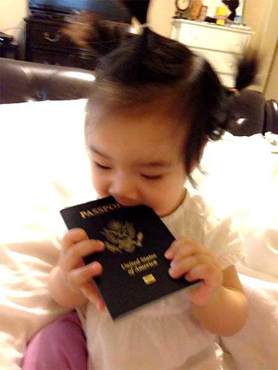 Ca sĩ Hồng Ngọc khoe con gái cô đã có hộ chiếu, nhưng em chỉ thích ăn nó mà thôi.