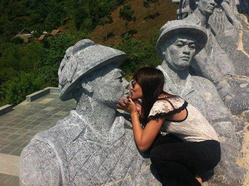 Hinh anh phan cam nu sinh ngoi tren dau tuong dai keo phao o Dien Bien Phu