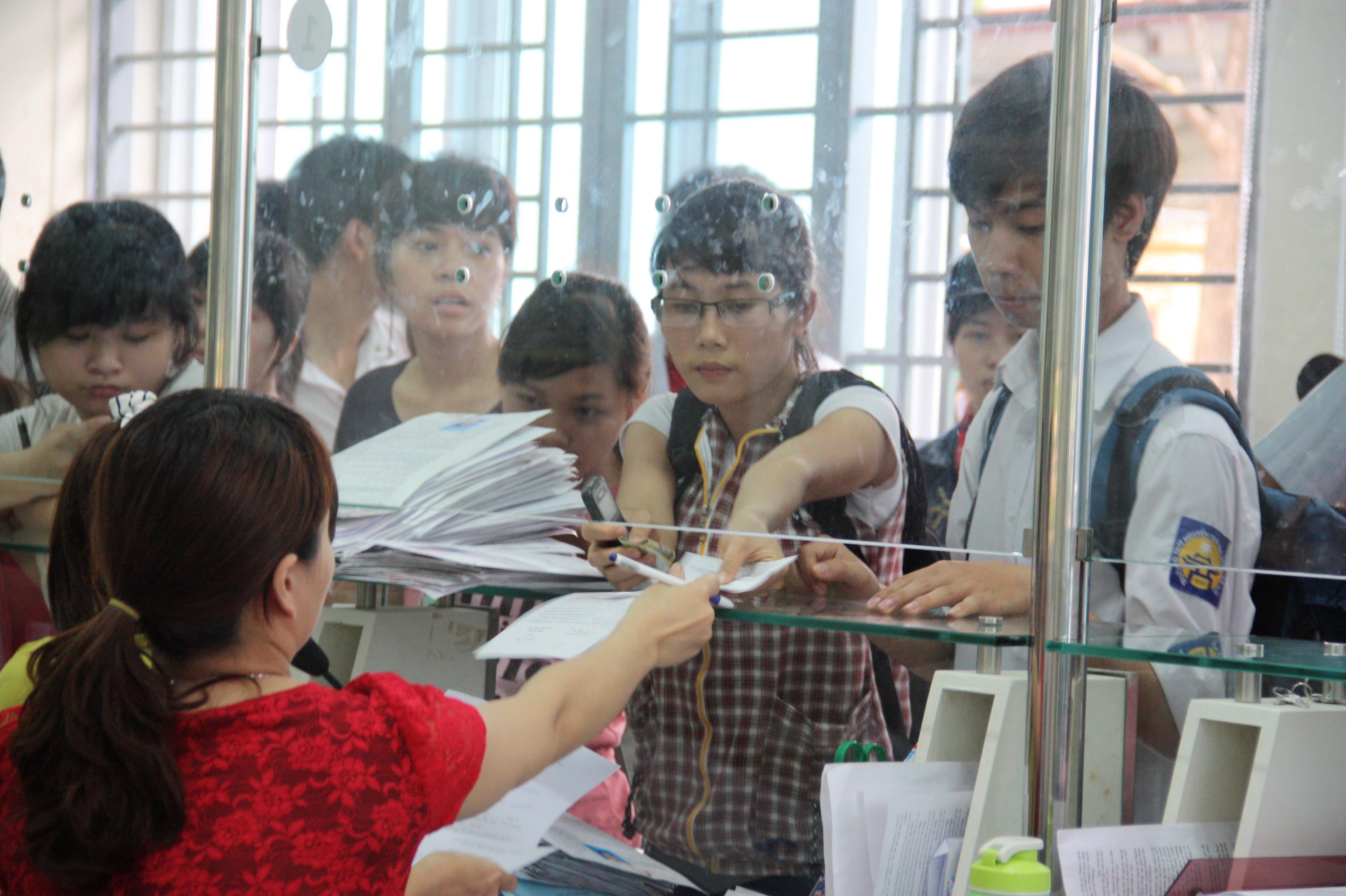 Thí sinh nộp hồ sơ tại Trường ĐH Công nghiệp Hà Nội
