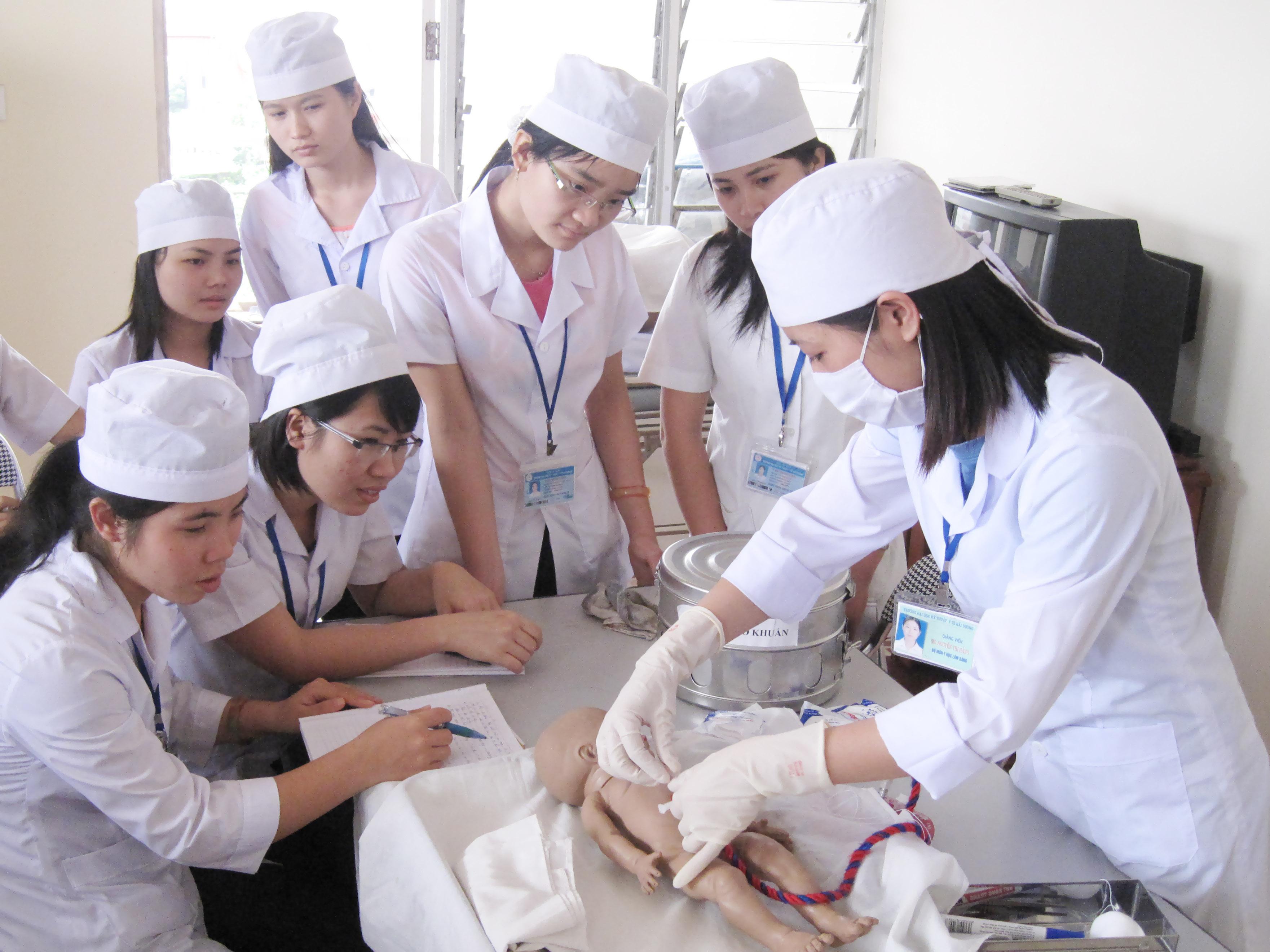 sinh viên điều dưỡng thực hành trên lớp