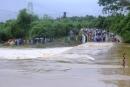 Trên đường đi dạy hai cô giáo bị nước lũ cuốn trôi