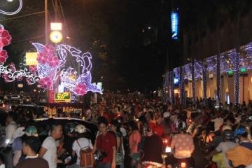 Đường phố TPHCM rộn ràng đêm trước Giáng Sinh