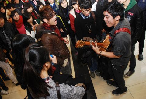 trong thời gian chờ đến lượt mình, mọi người cùng nhau thể hiện khả năng với đàn guitar và tiếng hát, khiến khán phòng vốn nhiều căng thẳng cũng nhẹ nhàng và thoải mái hơn.