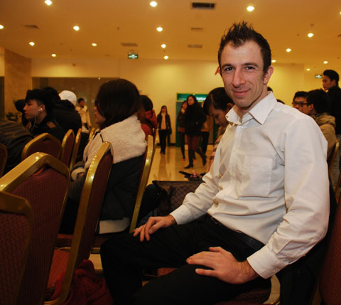 Một thí sinh người nước ngoài đăng ký tranh tài.
