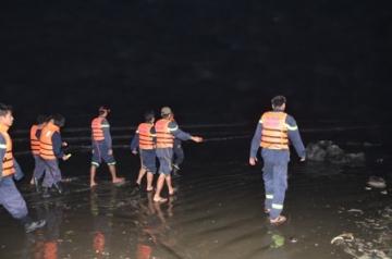 Đã tìm thấy xác 7 học sinh bị sóng biển cuốn trôi