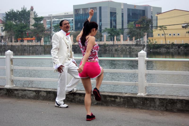 Để thể hiện cảnh quay đơn giản này, nữ diễn viên đã phải cắn răng, chịu cái lạnh của Hà Nội để không làm ảnh hưởng đến tiến độ quay của đoàn làm phim.