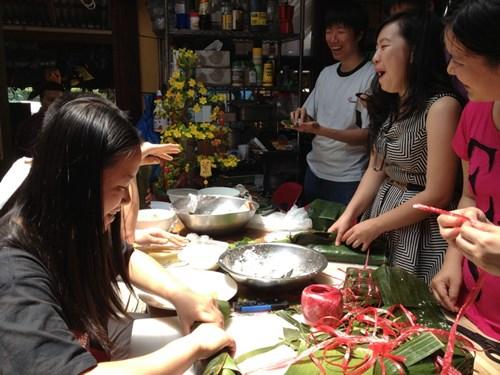 Sinh viên Việt Nam tại Sydney đang gói bánh chưng đón tết.