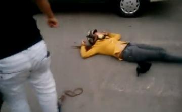 Clip người đàn ông đánh vợ giữa đường phố đến ngất gây phẫn nộ