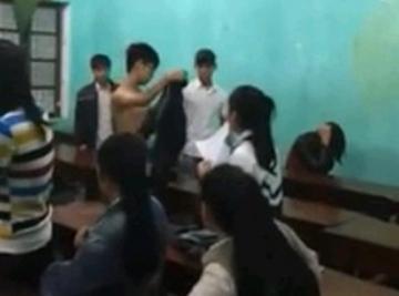Bạo lực học đường: Clip nam sinh đánh bạn gái dã man trong lớp học