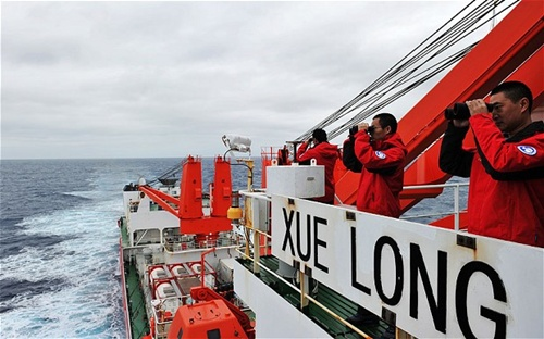 Tàu phá băng Tuyết Long của Trung Quốc được triển khai tìm kiếm MH370. Ảnh: Xinhua