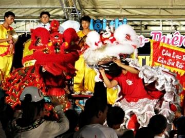 Hội thi múa lân, biểu diễn múa thiên cẩu đón tết trung thu tại Hội An
