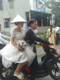 Hình ảnh cô dâu đi dép tổ ong gây sức \