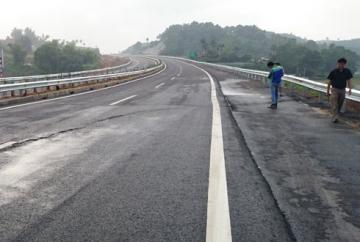 Mặt đường cao tốc dài nhất Việt Nam nứt toác