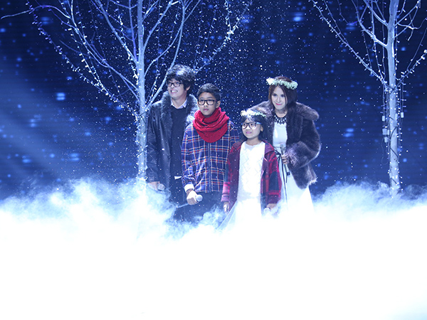 Tú Vi - Bùi Anh Tuấn trình bày ca khúc 'Hoa tuyết'. Họ hát rất xúc cảm trong không gian lãng mạn với tuyết rơi.  Cặp này nhận được 29,5 và là cặp đầu tiên được ngồi 'ghế nóng'.
