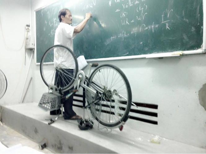 Thầy giáo mang xe đạp lên bục giảng để giảng bài