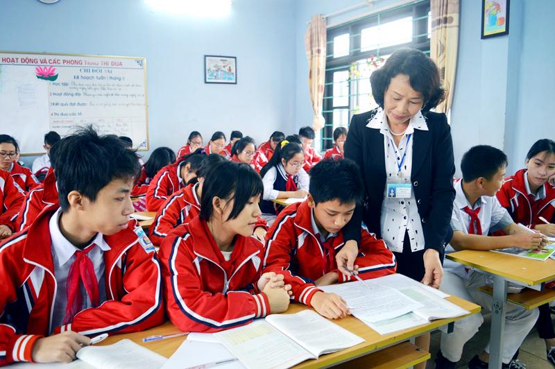 Giáo viên Trường THCS Trần Quốc Toản (TP Hạ Long) hướng dẫn học sinh ôn tập môn tiếng Anh.