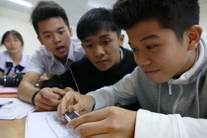 Học sinh lớp 11 một trường THPT tại TP.HCM trong giờ học môn vật lý  /// Ảnh: Đào Ngọc Thạch