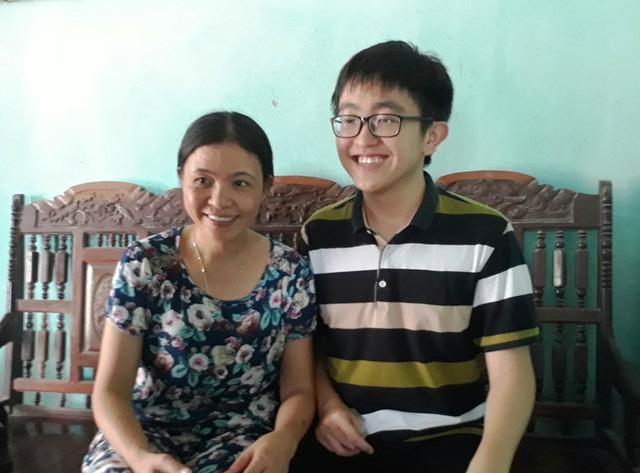 Thủ khoa Nguyễn Hải Đăng và mẹ.