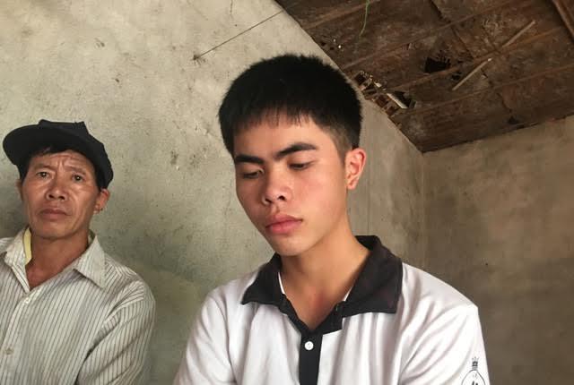 Niềm vui của thủ khoa Lê Hữu Hiếu đi kèm nỗi lo khi gia đình khó có tiền nuôi em học đại học.