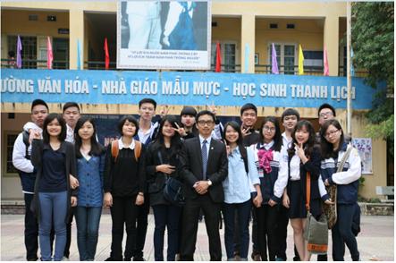 Thầy giáo Nguyễn Cao Cường cùng các học trò