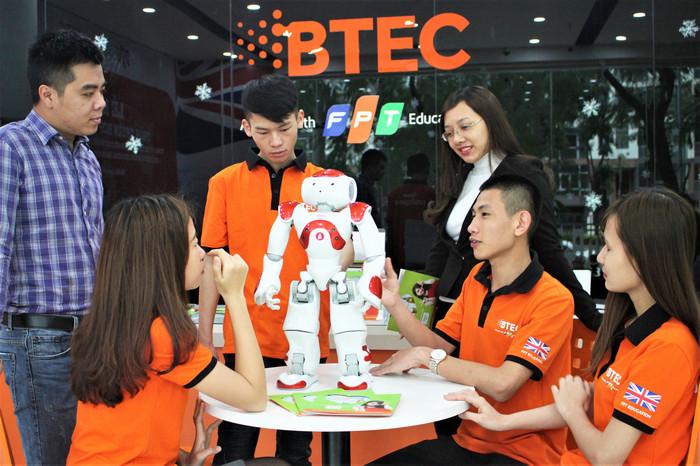 BTEC FPT chinh thuc dua Robot vao giang duong va tu van tuyen sinh