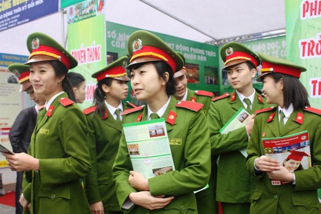 Học viên trường cảnh sát thamg ia tiếp sức mùa thi 2012. Ảnh: gdtd.vn