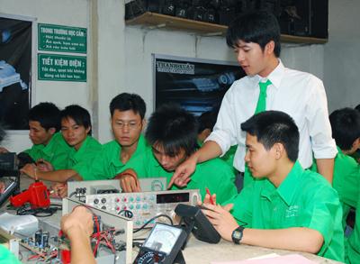 Các học viên hệ nghề của Trường CĐ nghề Công nghệ Thông tin Ispace trong một giờ thực hành. Ảnh: Quang Phương