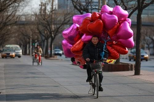 Valentine: Ca the gioi ngap tran trong sac mau tinh yeu
