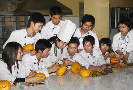 Học sinh học nghề nấu ăn tại Trung tâm Dạy nghề Thanh Xuân (Hà Nội).Ảnh: Lê Tuấn