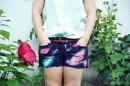 Mùa hè năng động với quần short họa tiết Galaxy ấn tượng