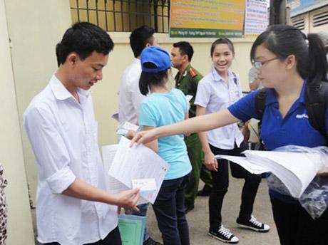 Sinh viên tiếp thị tại cổng trường (Ảnh minh hoạ)