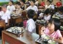 Trường tiểu học xén bớt suất ăn của học sinh