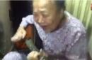 Video cụ bà gần 80 đánh đàn điêu luyện hát