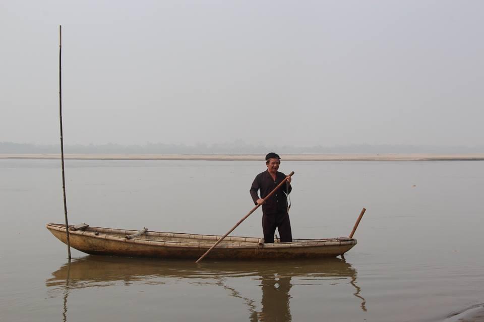 Diễn viên Quang Tèo đang chèo thuyền