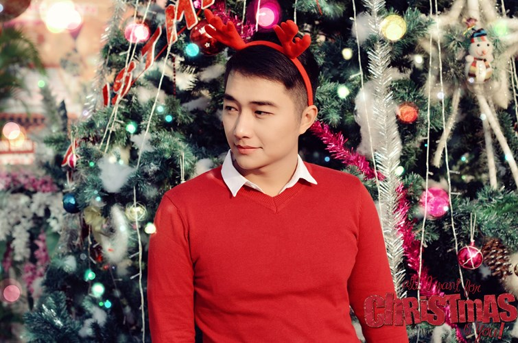 Hot boy Canh sat khoe anh Giang sinh ruc ro sac do