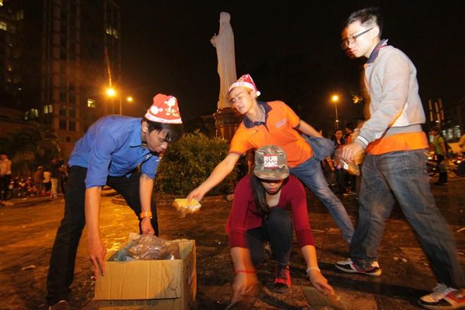 Hành động đẹp của bạn trẻ Sài Gòn trong đêm Giáng sinh 2