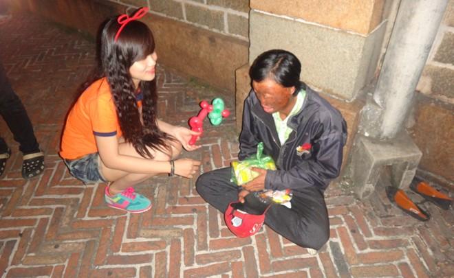 Hành động đẹp của bạn trẻ Sài Gòn trong đêm Giáng sinh 6